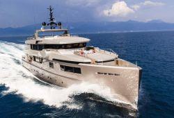 Un yacht de luxe Admiral Impero 40m en navigation dans le sud de la France