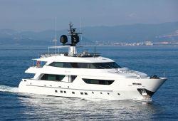 Un yacht Sanlorenzo de 37 mètres en croisière sur la Côte d'Azur