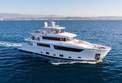 Un luxueux yacht de location Cantiere delle Marche 33m en navigation dans le sud de la France sous une belle journée ensoleillée