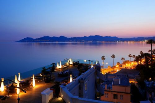 Vue de nuit du bar rooftop de l'hôtel Radisson Blu à Cannes