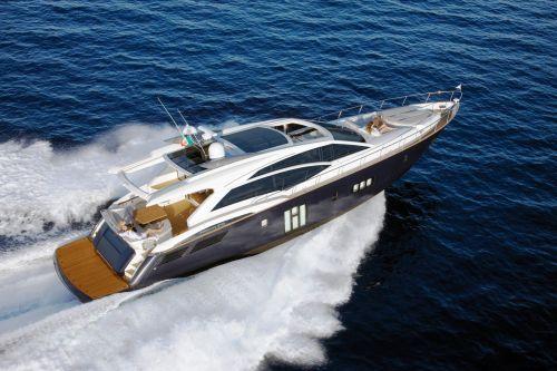 Un bateau naviguant lors d'une location yacht Cannes