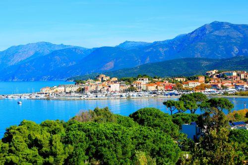 Le port de Saint-Florent et sa jolie baie entourée par les montagnes du cap Corse