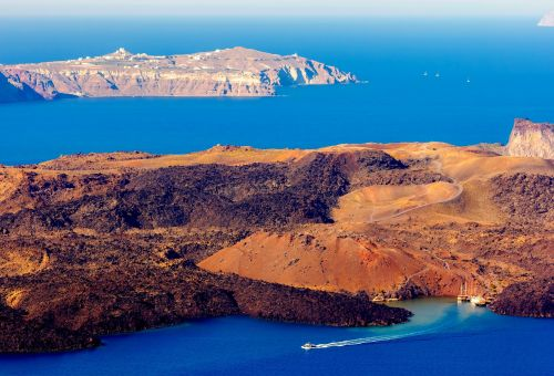 Top 10 things to do and see during your Santorini yacht charter