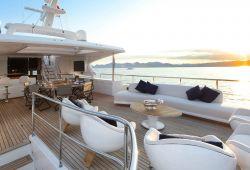 Location bateau Benetti Delfino 95 dans le sud de la France - sundeck