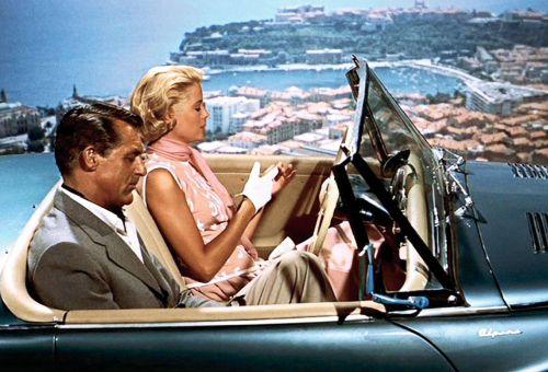 Une scène du film La main au collet avec Grace Kelly et Carry Grand dans une voiture