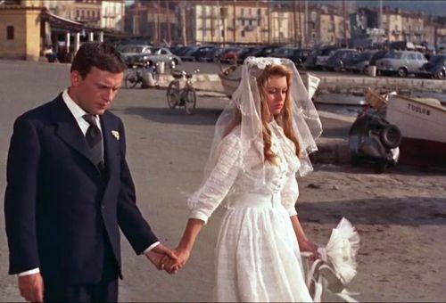 Brigitte Bardot marchant sur le port de Saint-Tropez dans le film Et Dieu créa la femme