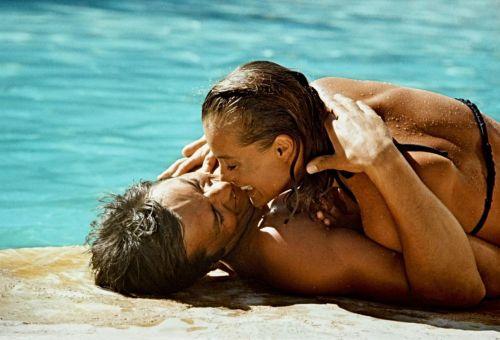 Romy Schneider et Alain Delon s'embrassant près d'une piscine dans le film La Piscine