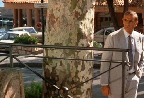 Sean Connery debout près d'un arbre à Villefranche-sur-mer dans l'opus James Bond Jamais plus jamais