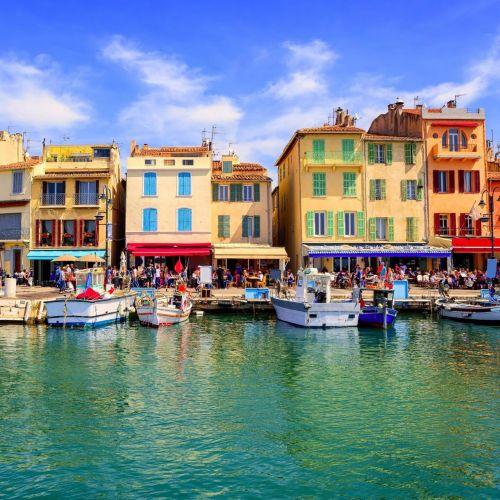 Maisons traditionnelles colorées sur le port de Cassis dans le sud de la France