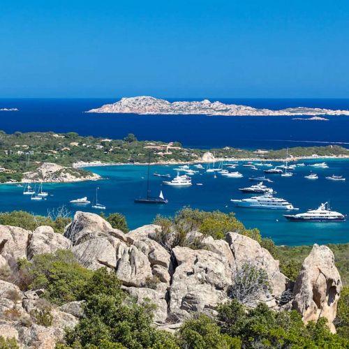 La baie de Cala di Volpe en Sardaigne avec des yachts de location de luxe à l'ancre