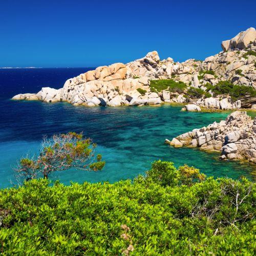 Formations rocheuses et eaux turquoise dans l'archipel de La Maddalena en Sardaigne