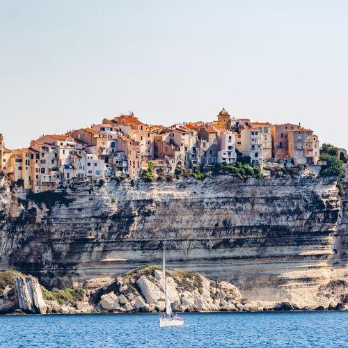 Les falaises et la ville de Bonifacio en Corse