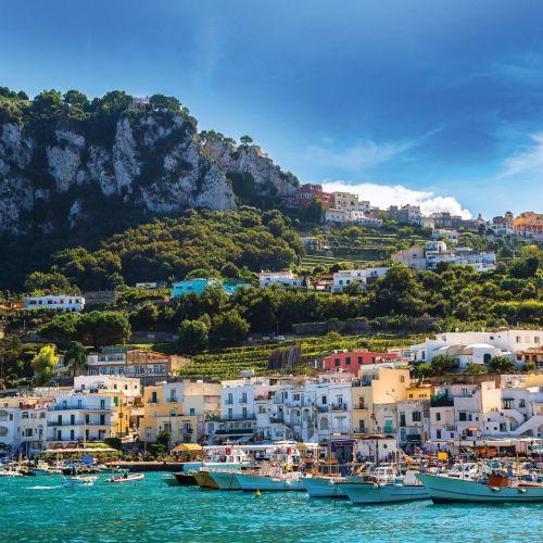 Des bateaux dans le petit port de Marina Grande sur l'île de Capri
