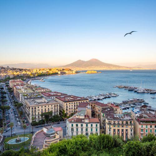 Vue panoramique sur la ville de Naples, le mont Vésuve et le golfe de Naples en Italie
