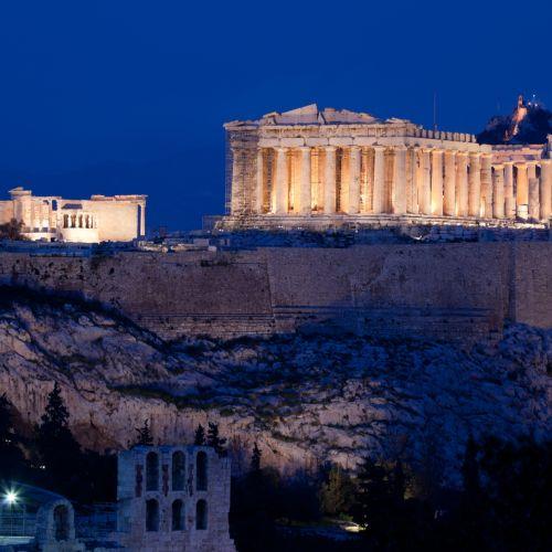 Vue nocturne du temple du Parthénon sur l'Acropole d'Athènes en Grèce