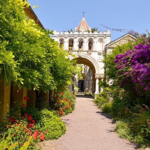 L'abbaye des moines de Lérins et sa végétation sur l'île Saint-Honorat dans la baie de Cannes