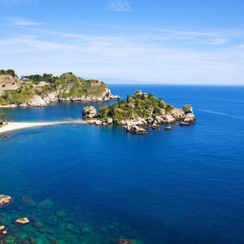Paysage marin à Taormina en Sicile avec Isola Bella et sa plage