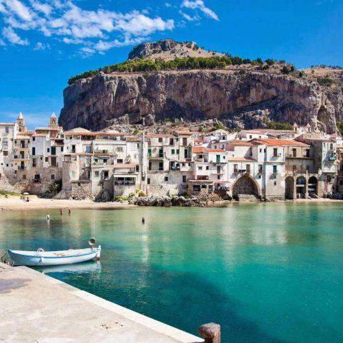 Le village médiéval de Cefalu dans la province de Palerme en Sicile