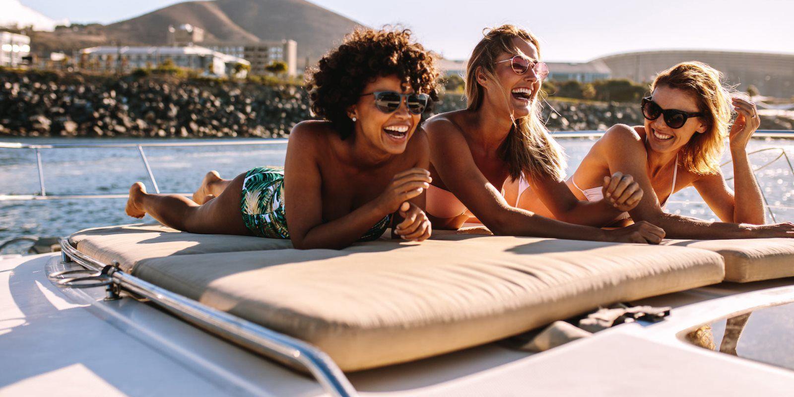 https://www.talamare.fr/medias/Trois filles s'amusent à rire sur un yacht lors d'une location de yacht en grand groupe
