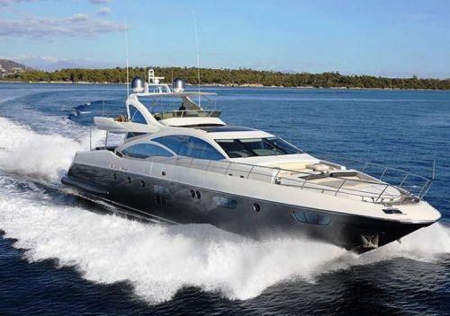 Un luxueux yacht à moteur Azimut en navigation lors d'une location yacht journée sur la Côte d'Azur