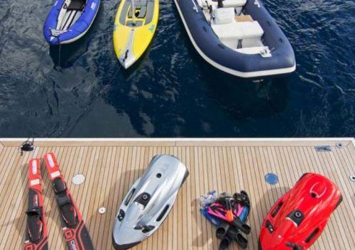 Une collection de water toys sur la plateforme de baignade d'un yacht