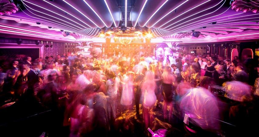 Des gens qui dansent lors d'une fête aux Caves du Roy à Saint-Tropez