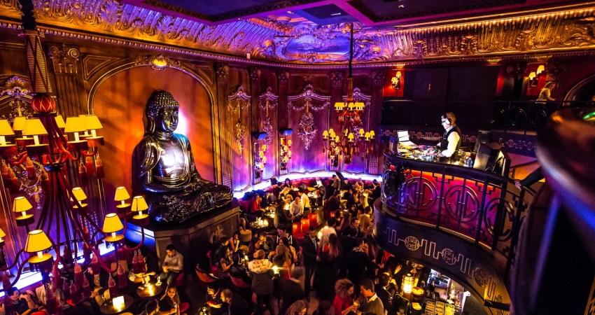 Le Buddha Bar à Monaco lors d'une soirée festive avec une ambiance lumineuse et un DJ