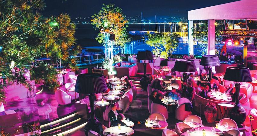 La terrasse de Medusa éclairée de lumières roses lors d'une soirée à Cannes