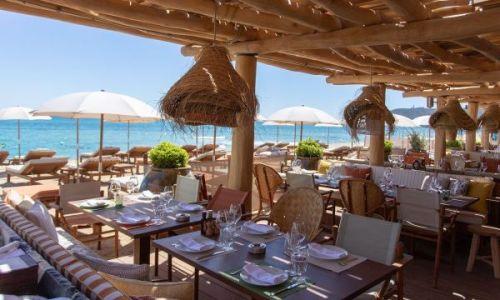 Des tables dressées pour le déjeuner au restaurant La Réserve à la Plage à Ramatuelle près de Saint-Tropez