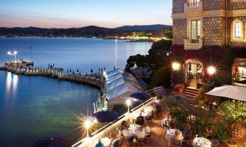 La terrasse de l'hôtel Belles Rives à Juan-les-Pins, vue de nuit