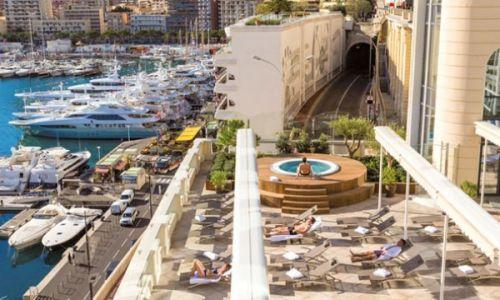 Le solarium des Thermes Marins de Monte-Carlo avec vue sur le Port Hercule et ses luxueux yachts amarrés