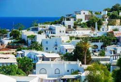 Un quartier résidentiel avec des maisons blanches sur l'île de Panarea en Sicile