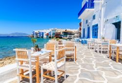 Un restaurant grec de type taverne en bord de mer sur l'île de Mykonos en Grèce