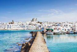 Le village de Paros en Grèce, vu depuis la mer