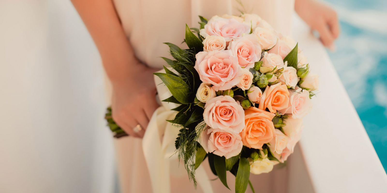 https://www.talamare.fr/medias/Gros plan d'un bouquet de roses lors d'une célébration de mariage sur un yacht de location