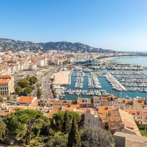 Vue du vieux port de Cannes et de ses yachts depuis le quartier historique du Suquet