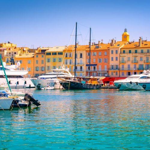 Le port coloré du village de Saint-Tropez en été avec ses luxueux yachts