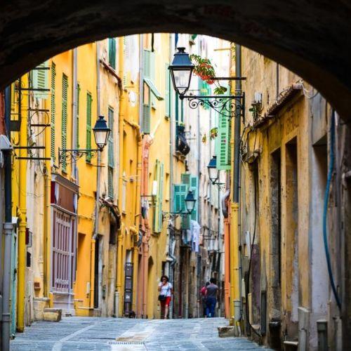 Les ruelles colorées de la vieille ville de Menton sur la Côte d'Azur en Méditerranée