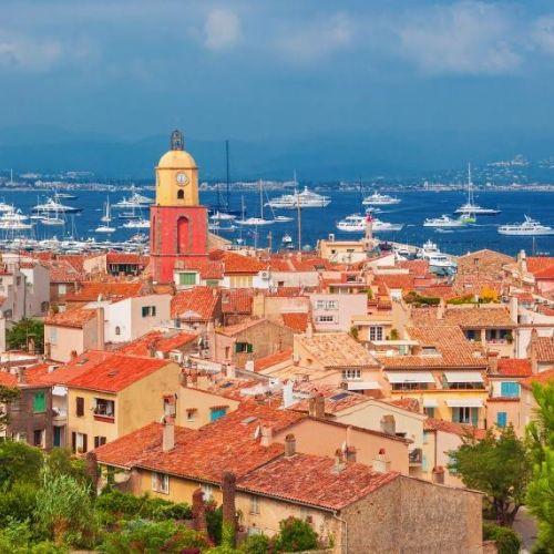 Le village de Saint-Tropez et la baie avec des bateaux de location à l'ancre