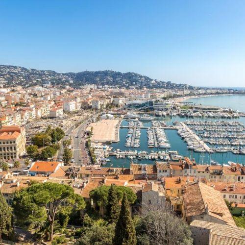 Panorama du vieux port de Cannes et de ses yachts depuis le quartier historique du Suquet