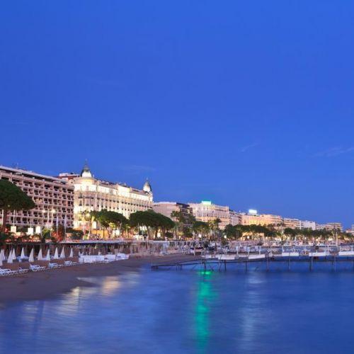 Vue nocturne de la ville de Cannes avec le fameux boulevard de La Croisette et l'hôtel Carlton