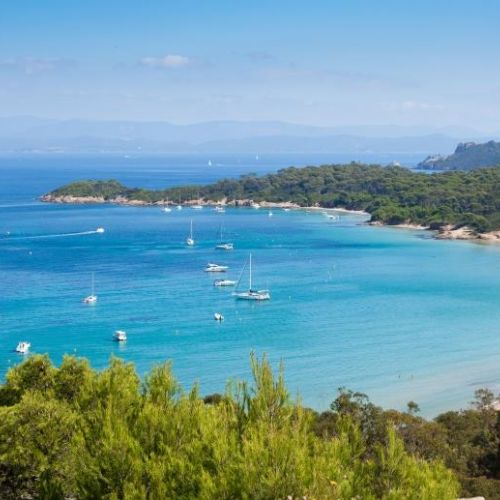 Un superbe mouillage en baie avec des yachts de location à l'ancre sur l'île de Porquerolles dans le sud de la France