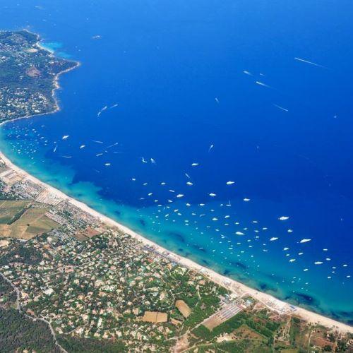 La plage de Pampelonne à Ramatuelle près de Saint-Tropez avec ses restaurants de plage et yachts de location au mouillage