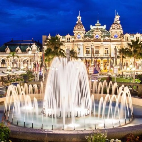 Vue nocturne de la place du Casino à Monaco avec le prestigieux hôtel de Paris