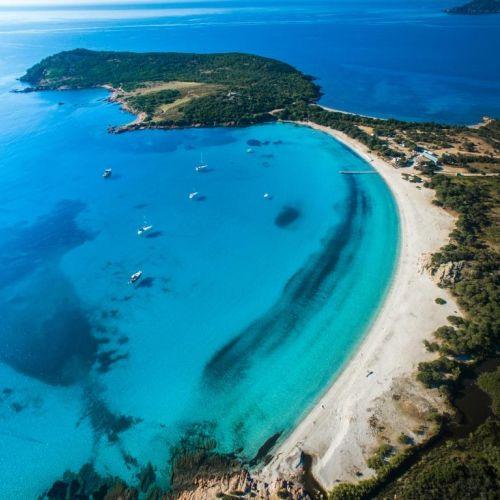 Vue aérienne de la superbe plage de Rondinara en Corse avec des yachts de location au mouillage