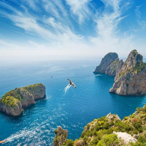 Panorama des rochers Faraglioni au large de l'île de Capri