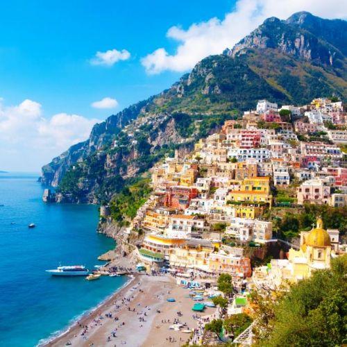 Le village coloré de Positano construit à flanc de colline