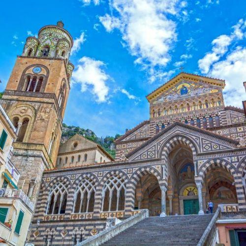 Le dôme d'Amalfi dédiée à l'apôtre André et la Piazza del Duomo