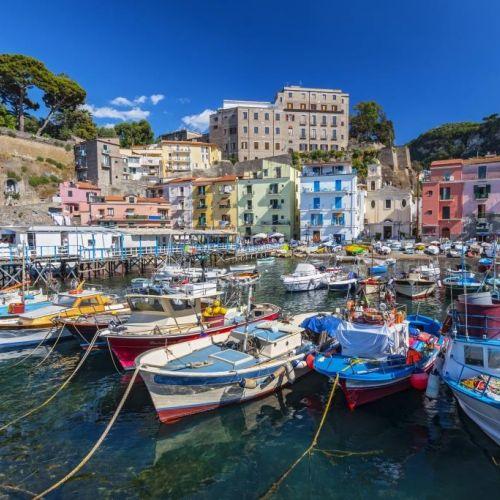 Des bateaux de pêche dans le port de Sorrente sur la Côte Amalfitaine