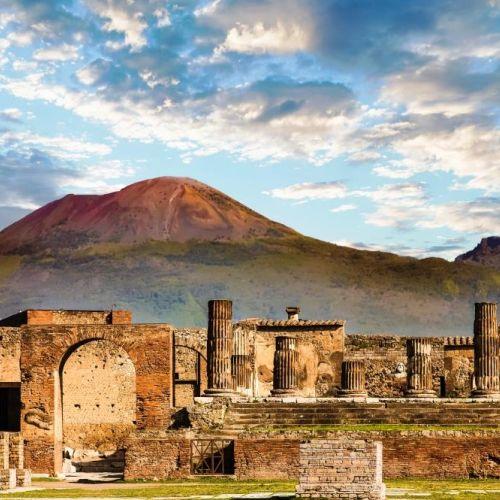 Les ruines du site historique de Pompéi avec le Mont Vésuve